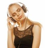 Adolescente talentoso dulce joven en el canto de los auriculares aislado en blanco Fotos de archivo libres de regalías