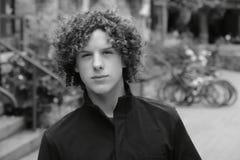 Adolescente teenager dei capelli ricci del ragazzo Immagine Stock Libera da Diritti
