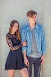Adolescente tenant le garçon dans l'amour Photo stock