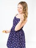 Adolescente tenant un gâteau délicieux Images libres de droits