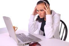 Adolescente tensionado con una computadora portátil Fotos de archivo