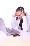 Adolescente tensionado con una computadora portátil Imagen de archivo libre de regalías