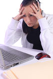 Adolescente tensionado con una computadora portátil Fotografía de archivo libre de regalías