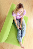 Adolescente texting en móvil Foto de archivo
