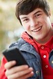 Adolescente Texting en Smartphone Foto de archivo