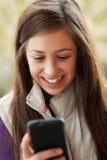 Adolescente Texting en Smartphone Fotos de archivo