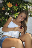 Adolescente texting en su célula Imagen de archivo libre de regalías