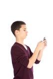 Adolescente texting en su móvil Foto de archivo