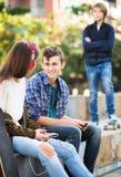 Adolescente tomó ofensa en los amigos Imagenes de archivo