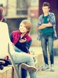 Adolescente tomó ofensa en los amigos Foto de archivo libre de regalías