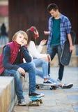 Adolescente tomó ofensa en los amigos Imagen de archivo libre de regalías