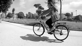 Adolescente toma un paseo de la bici