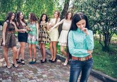 Adolescente trastornado con el cotilleo de los amigos Fotos de archivo