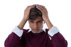 Adolescente trastornado que se opone al fondo blanco Imagen de archivo