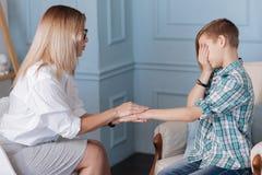 Adolescente trastornado que se sienta en psicoterapia Foto de archivo libre de regalías