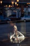 Adolescente a través de la ventana en lugar de la pizza Imágenes de archivo libres de regalías