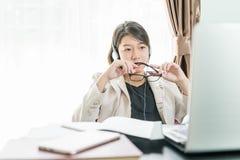 Adolescente travaillant à la maison le bureau Photo libre de droits