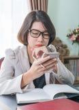 Adolescente travaillant à la maison le bureau Image stock