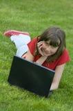 Adolescente travaillant sur l'ordinateur Photo libre de droits