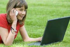 Adolescente travaillant sur l'ordinateur Image stock