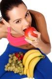 Adolescente trigueno con las frutas sanas Fotografía de archivo libre de regalías