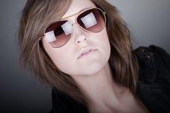 Adolescente trigueno imponente en gafas de sol del aviador Foto de archivo