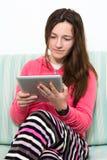 Adolescente trigueno que trabaja en una PC de la tabla Fotografía de archivo libre de regalías