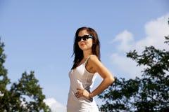 Adolescente trigueno sonriente con las gafas de sol Foto de archivo libre de regalías