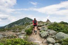Adolescente trimardant sur une belle montagne Photos libres de droits
