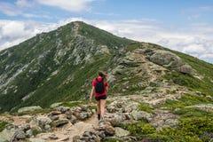 Adolescente trimardant sur une belle montagne Image libre de droits
