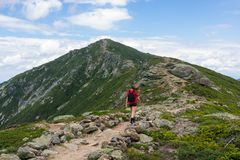 Adolescente trimardant sur une belle montagne Images stock