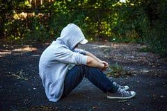 Adolescente triste al aire libre Foto de archivo