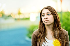 Adolescente triste al aire libre en un parque Foto de archivo libre de regalías