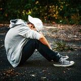 Adolescente triste all'aperto fotografie stock