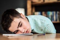 Adolescente triste cansado de estudiar Foto de archivo