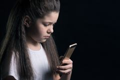 Adolescente triste com smartphone em casa imagem de stock royalty free