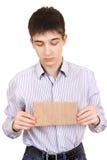 Adolescente triste con cartulina en blanco Imágenes de archivo libres de regalías