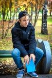 Adolescente triste con el libro Fotos de archivo