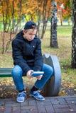 Adolescente triste con el libro Fotos de archivo libres de regalías