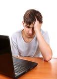 Adolescente triste con el ordenador portátil Imagenes de archivo
