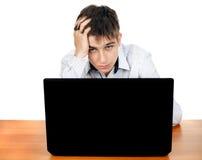 Adolescente triste con el ordenador portátil Imagen de archivo libre de regalías