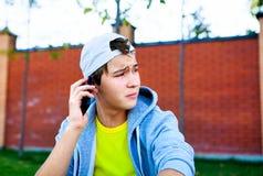 Adolescente triste con el teléfono móvil Imagen de archivo libre de regalías