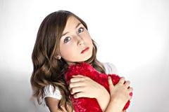 Muchacha con la almohada en forma de corazón Foto de archivo libre de regalías