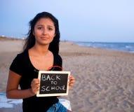 Adolescente triste con la pizarra, concepto de nuevo a escuela Fotografía de archivo libre de regalías