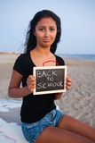 Adolescente triste con la pizarra, concepto de nuevo a escuela Imagenes de archivo