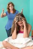 Adolescente triste con su madre que grita en ella Foto de archivo