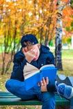 Adolescente triste con un libro Imagen de archivo