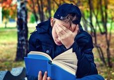 Adolescente triste con un libro Foto de archivo