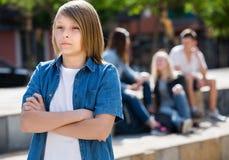 Adolescente triste del ragazzo che sta solo all'aperto Fotografie Stock