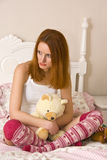 Adolescente triste en cama Imagen de archivo libre de regalías